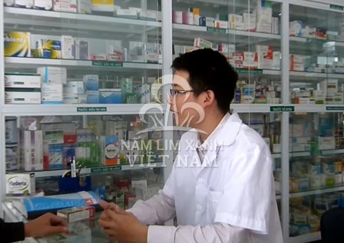 Dược sĩ tư vấn thông tin sản phẩm nấm lim xanh cho khách hàng